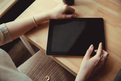 Frau, die nah Hände einer Touch Screen Tablette oben verwendet IPad stockbild