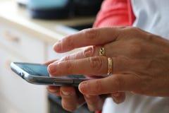 Frau, die nah Smartphonehände oben verwendet stockfotos