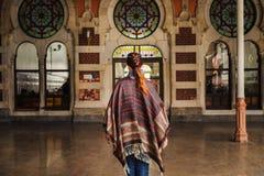 Frau, die nahe Bahnhof des Orientexpresses in Istanbul geht lizenzfreie stockbilder