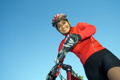 Frau, die nahe bei dem Fahrrad - horizontal steht Stockbild