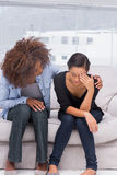 Frau, die nahe bei ihrem Therapeuten schreit Stockbild
