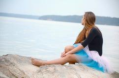 Frau, die nahe dem See wartet Stockbilder
