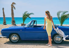 Frau, die nahe Retro- Cabrioletauto steht Lizenzfreie Stockfotos