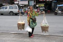 Frau, die Nahrung in Bangkok verkauft Lizenzfreie Stockfotos