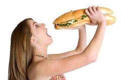 Frau, die Nahrung isst stockfoto
