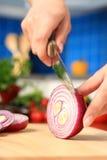 Frau, die Nahrungsmittelbestandteile hackt. Lizenzfreie Stockbilder