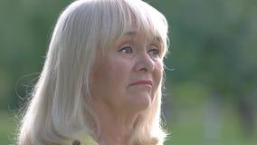 Frau, die Nase mit Taschentuch abwischt stock video footage