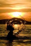 Frau, die nasses Haar schleudert Stockfoto