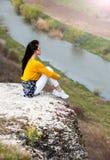 Frau, die Natur genie?t Reise und Wanderlustkonzept sch?ne junge Frau, die sich drau?en entspannt nave Gl?ckliches Reisendm?dchen lizenzfreie stockbilder