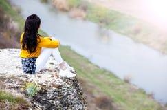 Frau, die Natur genie?t Reise und Wanderlustkonzept sch?ne junge Frau, die sich drau?en entspannt nave Gl?ckliches Reisendm?dchen stockbild