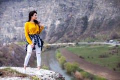 Frau, die Natur genie?t Reise und Wanderlustkonzept sch?ne junge Frau, die sich drau?en entspannt nave Gl?ckliches Reisendm?dchen stockfotos