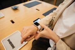 Frau, die neue Apple-Uhr-Reihe 2 trägt Stockbild