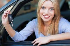 Frau, die neue Auto-Tasten vorführt Stockbilder