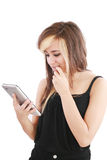 Frau, die neue elektronische Tablettenotenauflage anhält Stockfoto