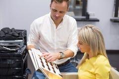 Frau, die neue Haarfarbe wählt Stockfotografie