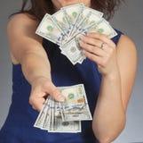 Frau, die neue 100 US-Dollar Rechnungen hält Stockfoto