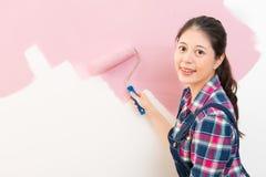 Frau, die neue Wohnungsstellung malt Lizenzfreie Stockfotografie