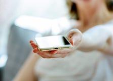 Frau, die neuen Beleuchtungshafen des neuen iphone 7 Plus hält Stockbilder