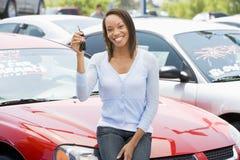 Frau, die neues Auto auswählt Stockfoto