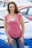 Frau, die neues Auto wählt stockfoto