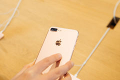 Frau, die neues doppeltes Kamera iphone 7 betrachtet Lizenzfreie Stockbilder