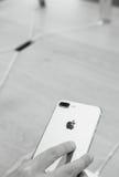 Frau, die neues doppeltes Kamera iphone 7 betrachtet Stockfoto