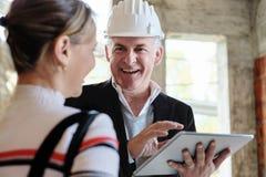 Frau, die neues Haus kauft und mit Vermittler spricht lizenzfreies stockbild