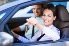 Frau, die Neuwagen-Schlüssel vorführt Stockfotos