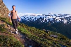 Frau, die in norwegischen Berg geht Lizenzfreie Stockbilder