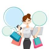 Frau, die Notizbuch, Smartphone und Einkaufstaschen hält Stockbilder