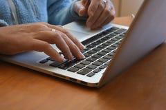 Frau, die oben auf Laptoptastatur, Abschluss schreibt stockfotos