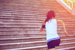 Frau, die oben auf Steintreppe läuft Lizenzfreies Stockfoto