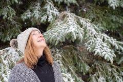 Frau, die oben dem Schneefallen betrachtet stockbild