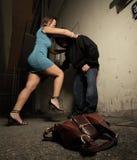 Frau, die oben den Angreifer schlägt lizenzfreie stockbilder