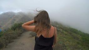 Frau, die oben der Berg geht stock video