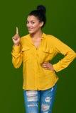 Frau, die oben ihren Finger zeigt Lizenzfreie Stockfotografie