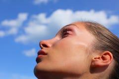 Frau, die oben im Himmel schaut stockfoto