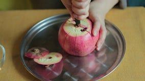 Frau, die oben neuem Granatapfelfruchtabschluß abzieht stock footage