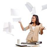Frau, die oben Papiere wirft Lizenzfreie Stockfotos