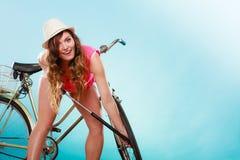 Frau, die oben Reifenreifen mit Fahrradpumpe pumpt Stockbilder
