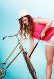 Frau, die oben Reifenreifen mit Fahrradpumpe pumpt Stockfotografie