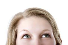 Frau, die oben schaut Lizenzfreies Stockfoto