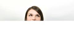 Frau, die oben schaut Stockfotos