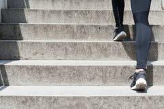 Frau, die oben Treppe laufen lässt Lizenzfreie Stockbilder