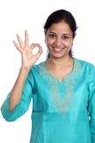 Frau, die OKAYzeichen zeigt Stockbilder