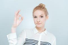 Frau, die okayzeichen zeigt Lizenzfreie Stockfotos