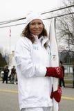 Frau, die olympische Fackel anhält Lizenzfreies Stockfoto