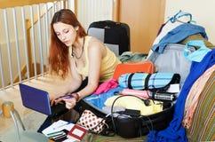 Frau, die online Hotel oder Karten aufhebt Lizenzfreies Stockfoto