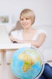 Frau, die online ihre Reise bucht Lizenzfreies Stockfoto