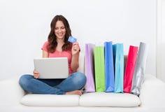 Frau, die online kauft Stockbild